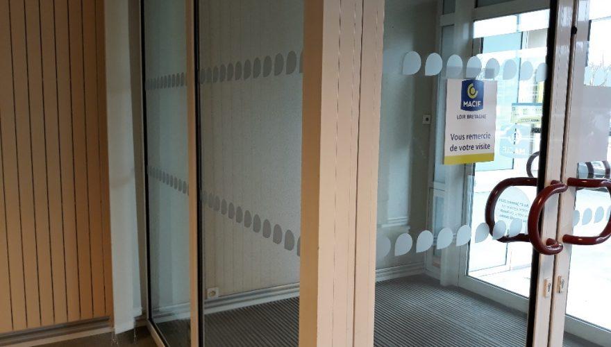 Décoration intérieure de bureau avec motifs en adhésifs dépolis découpés à la forme CAEN