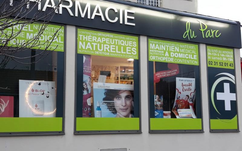 Décoration vitrine pharmacie avec adhésif plein et micro perforé CAEN