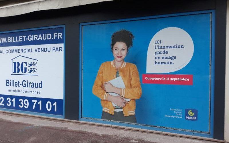 Décoration provisoire vitrine avec micro perforé impression numérique annonce ouverture prochaine CAEN