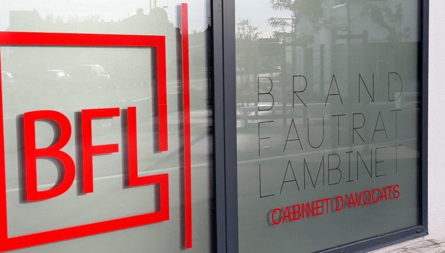 Décoration vitrine cabinet d'avocats avec adhésif dépoli découpé et adhésif plein imprimé Caen