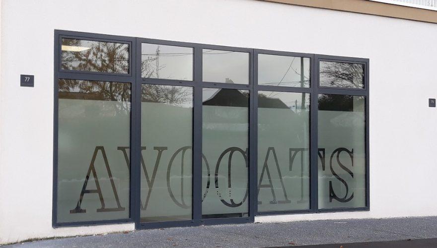 Habillage vitrine cabinet d'avocats avec adhésif dépoli découpé. Caen