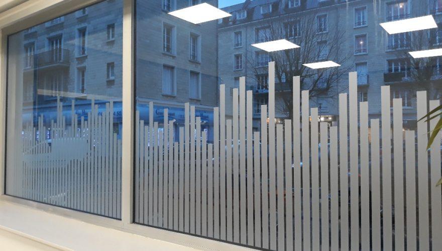 Décoration vitrine en adhésif dépoli, pose de bandes aléatoires verticales CAEN