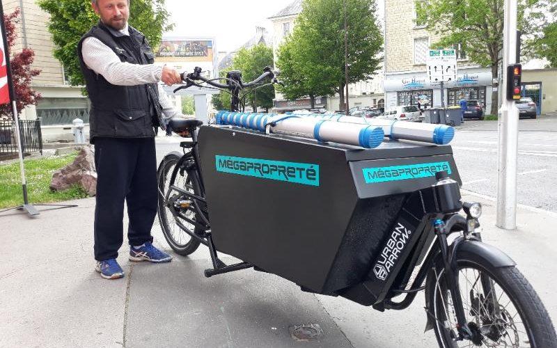 Décoration adhésive lettres découpées remorque vélo professionnel. Caen
