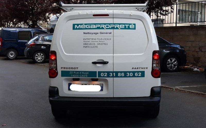 Flocage véhicule professionnel avec adhésif découpé et lettres découpées CAEN