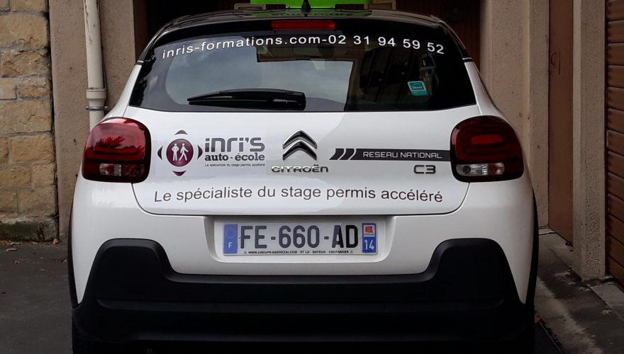 Décoration véhicule auto école avec impression numérique en quadri de la charte graphique, marquage avec lettres découpées en adhésif teinté masse CAEN