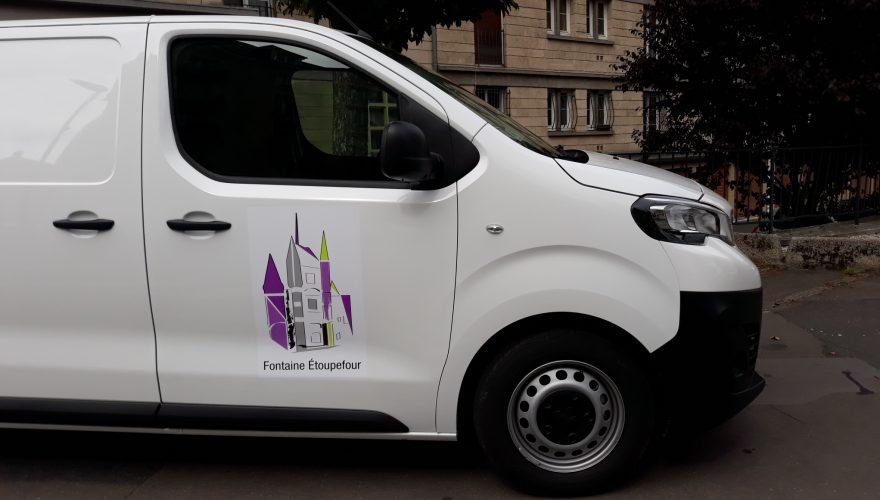 Décoration véhicule utilitaire avec impression numérique du logo et lamination brillante Fontaine-Etoupefourna