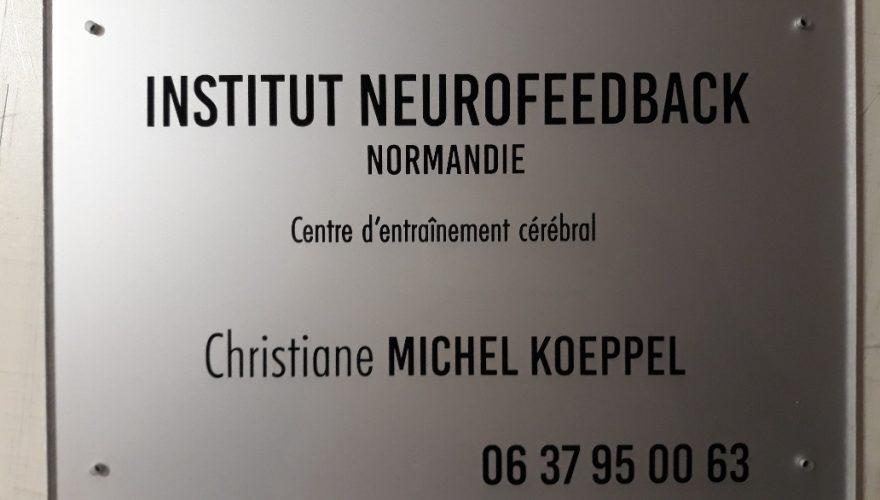 Plaque professionnelle plexiglas fond coloré gravure par l'arrière. Caen