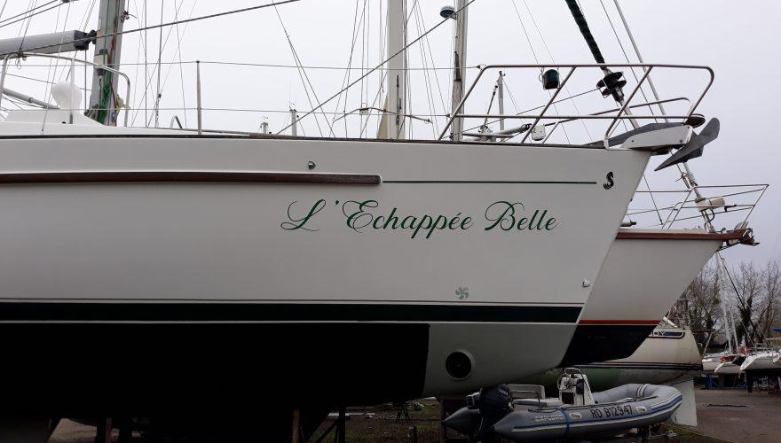 Marquage adhésif polymère lettres découpées bateau voilier ouistreham