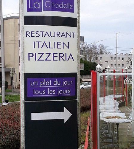 Totem galbé lumineux avec décoration adhésive recto verso sur PMMA diffusant. Caen