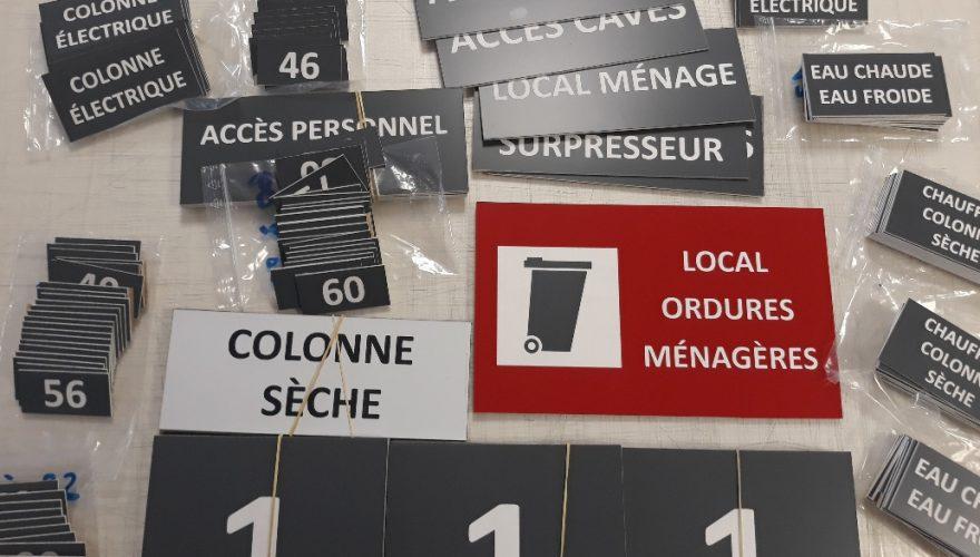 Plaques de portes en PMMA fixation double face 3M. Caen