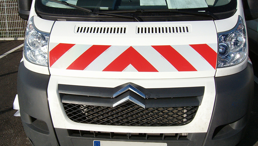 Habillage véhicule bandes-rétr refléchissantes règlementaires sur capot